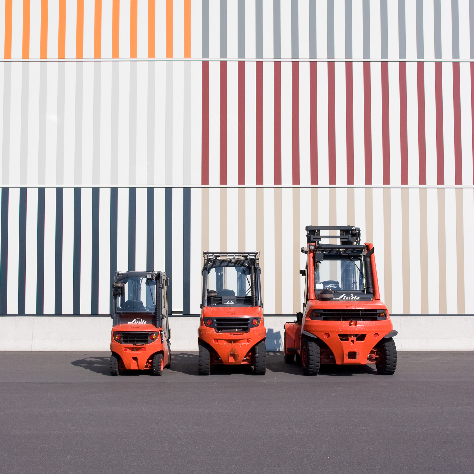 3 forklifts in front of the Messe Frankfurt cargo center
