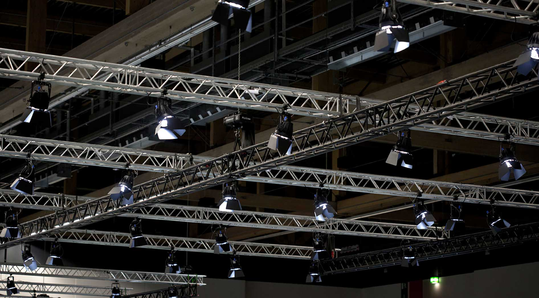 Stand Engineering at at the Frankfurt Exhibition Center: Spotlights from the ceiling